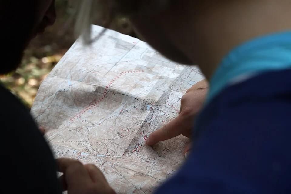 arquétipo o explorador representado por um cara segurando um mapa